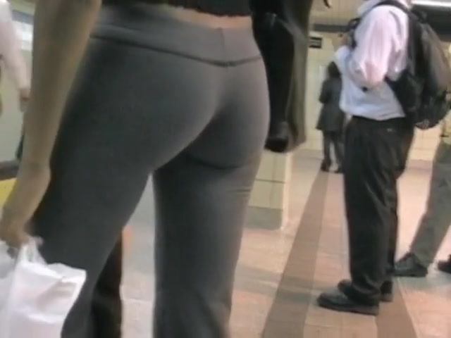 perfect ass underlined by tight yoga pants in public voyeur video