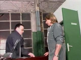 Aged dans un garage en jupe noir