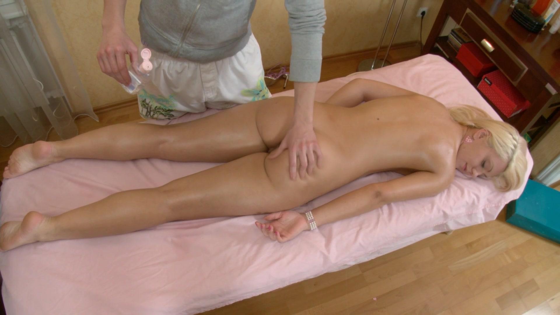 porno-blondinka-na-massazhe