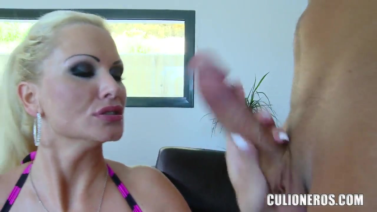super busty blonda milf sharon roz seducă băiat mai tânăr și demonstrează acțiunile hardcore