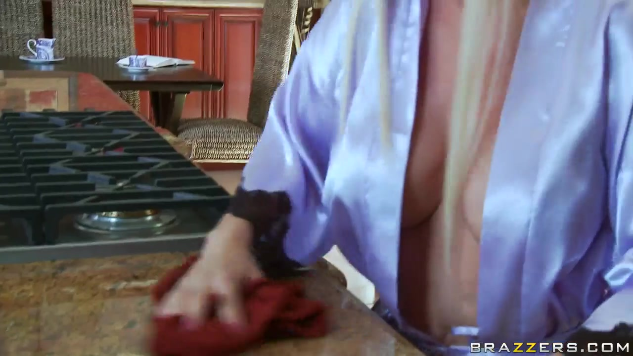sexy blonde diamond foxxx shows us her amazing naked body