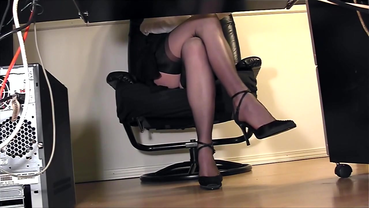 porno-video-drochit-pod-stolom